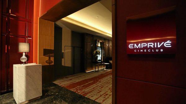 ดูหนังหรืออยู่ในโรงแรมระดับ 6 ดาว มีบริการอาหาร เครื่องดื่ม บริการระดับพรีเมี่ยม